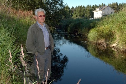 HÆRA: Formann i Hæra Elvelag, Per Bingen, må konstatere at Hæra blir litt grunnere for hver flom. Bare vær og penger tillater det, er elvelaget klar til å sette inn gravemaskiner og renske elva, slik at elveløpet blir dypere. Bildet er tatt ved Hæras utløp fra Grefslisjøen.