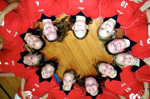 FRISKUSER: Disse jentene spiller på innebandylaget Narvik Malmers Innebandyklubb.