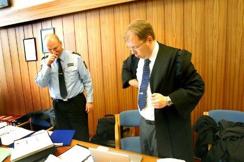 Sent ute. Aktor Eirik Trønnes Hansen kom i tillegg noen minutter for sent da rettssakens tredje dag startet i går. Ikke alt går etter planen for han og støttespiller Bjørn Rist som har etterforsket Værøy-saken.