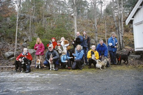 Fornøyde kursdeltakere: Både tobeinte og firbeinte hadde stort utbytte av kurset «hund i hverdagen» som gikk av stabelen på og ved Skuggevik kretslokale i helgen.
