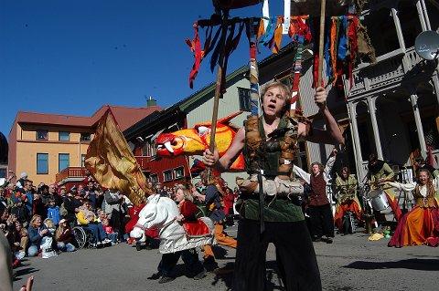 GJØGLERE PÅ MARKEDSPLASSEN: Stella Polaris fra Stokke sørget for å dra flust av folk til det improviserte torget i Kvartal Langgaten.