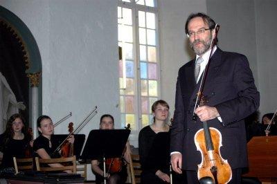 DRIVKRAFT: Fiolinist Trond Vika er musikalsk leder for Helgeland Sinfonietta og en drivkraft i det symfoniske arbeidet på Helgeland.