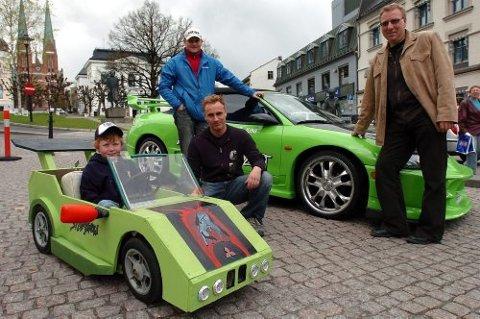 Eirik Skaug (8), Clay-Ronny Kåsa i Team Streetshow, Terje Skaug (bak) og Jørn Hegna i Servicebyen Skien inviterer til olabilløp og utstilling av gatebiler lørdag 21. mai.