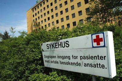 STRØMMER INN: Hit til sykehuset i Fredrikstad strømmer det på med pasienter som kan være legionella-smittet. Foto: Bernt F. Lyngstad