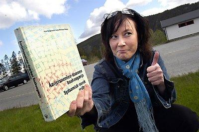 VENTER PÅ NY ORDBOK: Maja Lisa Kappfjell fra Majavatn brenner sterkt for utvikling av det sørsamiske språket, og læremidler tilknyttet det. Hun mener at ei ny og etterlengtet norsk-sørsamisk ordbok, som kommer ut til høsten, vil være et stort løft. Her holder hun ei gammel ordbok, og håper at den nye er bedre både språkmessig, leksikalsk og pedagogisk. (Foto: Tor Martin Leines Nordaas)