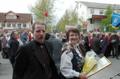 Diplom. Sten Skjellhaug og Sissel Mohus, Fauske blandakor, fikk blomst og diplom.