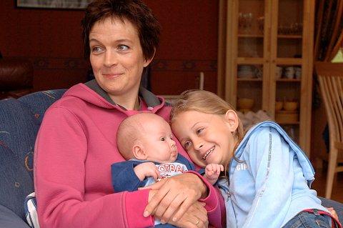 Kiara (8) synes det er gøy å ha fått en lillebror. Og det blir nok en del barnepass på henne i årene som kommer. Mandag starter mamma Kjersti opptreningen frem mot OL i Beijing i 2008.