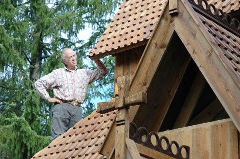 Tak så det holder. 1500 meter bord er gått med for å lage takspon. Det brukte Magnus en hel vinter på.Foto: Dag Pettersen