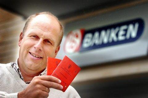 HISTORIE: Banksjef Jan Johannessen etterlyser eierne til rundt 200 postsparebankbøker i Telemark. Disse har til sammen rundt tre millioner kroner til gode.