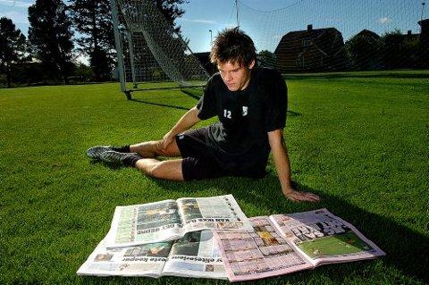 JEG LESER: Rune Jarstein innrømmer ærlig at han liker å lese aviser. Spesielt dagen derpå da alt var rosenrødt som gårsdagens aviser. Alle handlet om Norges nye keeperkomet.