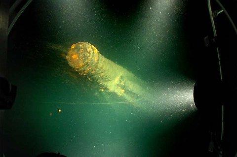 Baugspydet på Nautilus filmet gjennom miniubåtens åtte centimeter tykke glassvindu. Lyskastere gjør sikten sylskarp.