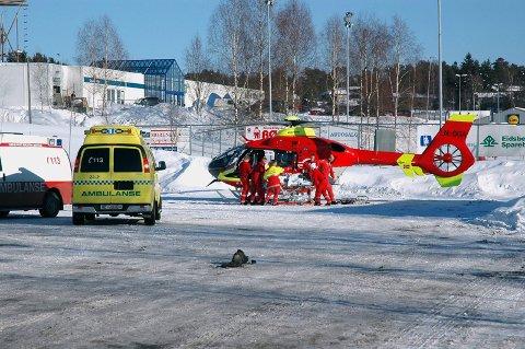 Mannen ble umiddelbart fraktet avgårde med ambulanse etter skuddepisoden.
