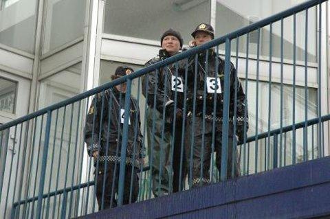Fra tingretten: Rekonstruksjonen av drapet på Mysen startet ved utgangen fra tingretten. Her er de tre politibetjentene som deltok på vei over jernbaneskinnene.