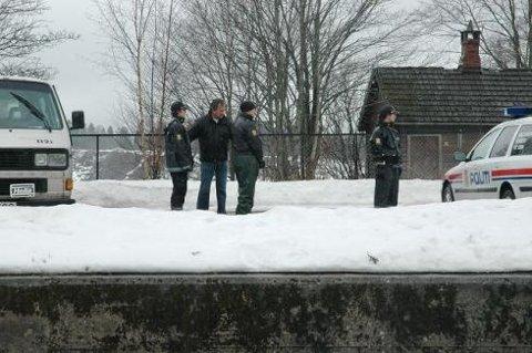 PÅ CENTIMETEREN: Markører og vitner ble plassert på centimeteren etter siktedes anvisning.          FOTO: Trond Eivind Nilsen