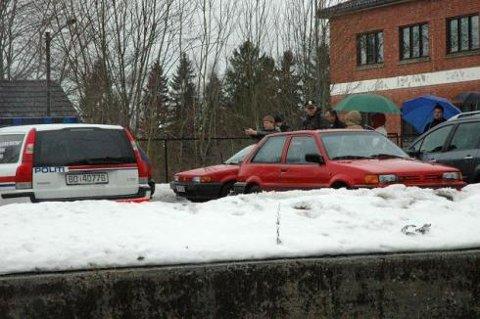 Siktede deltok: Bak den røde bilen retter den siktede Jan Ivar Ringstad pistolen polititjenestemannen forstiller avdøde Lennart Faugli.