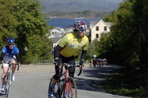 HARDT UT: Hugo Strand rykker og får med seg Olav Aleksander Benjaminsen i den første runden i Sandnessjøen Criterium. (Foto: Pål Leknes Hanssen)