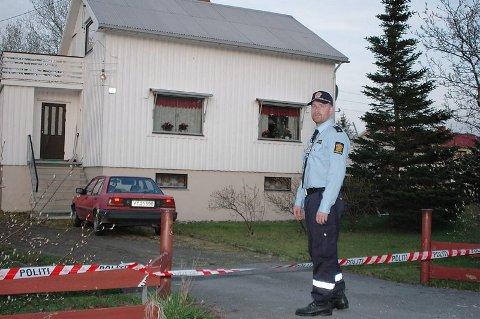 Funnet av politiet. Da politiet brøt seg inn i huset på Ballstad i Vestvågøy 6. mai i 2004, fant de to døde personer som hadde lagt der i minst to uker.Foto: Knut Ivar Johansen