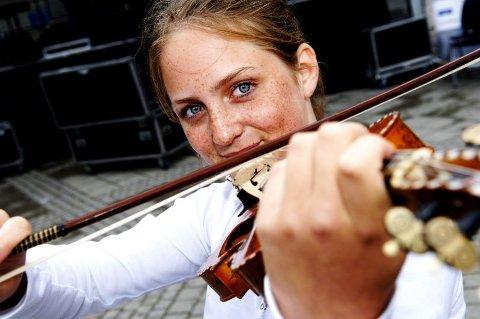 Yngst. Elisabeth Turmo (13) har allerede vært elev på musikkonservatoriet i Trondheim i ett år. I går spilte hun på årets første Scene Ung-konsert. Begge foto: Anniken Mjaaland