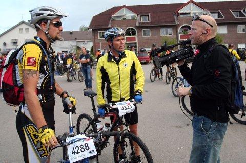 GODE TIPS: Ex-proff og NRK-journalist Dag Erik Pedersen kom med mange gode tips til Raymond Lian underveis i Birkebeinerrittet. (Foto: Svein Halvor Moe)