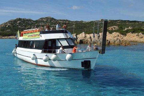 Turistbåter er det mange av i farvannet rundt La Maddalena.