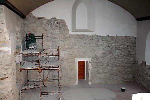MIDDELALDEREN: Deler av denne veggen i kirka stammer fra 1200-tallet og gjør at også Brønnøy Kirke blir ført opp på Riksantikvarens liste over vernete kulturarvminner.