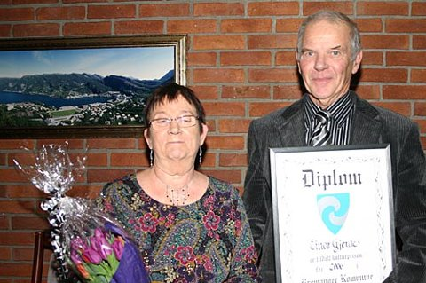 HEIDRA: Einar Gjerde har fått tildelt Bremanger kommune sin kulturpris for 2006, for sin årelange innsats for barn og unge i Svelgen. Her saman med kona Oddbjørg. (Foto: Annbjørg Hauge Nygård)