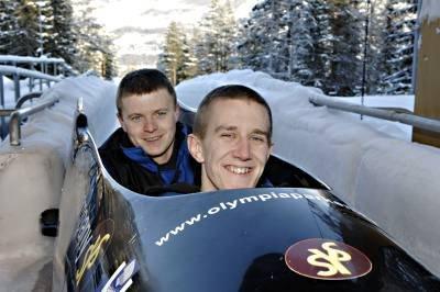 - Vi ønsker oss selvsagt et nytt OL her i bob- og akebanen i Hunderfossen, sier Bjørn Kristiansen og Martin Svensen.(Foto: Torbjørn Olsen)