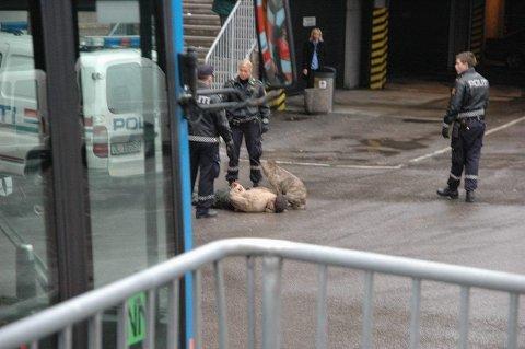 ANGREP POLITI: To menn ble arrestert og en hund ble beslaglagt onsdag etter at hunden gikk til angrep på en politibetjent. (Foto: Privat)