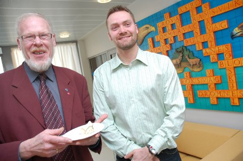 Treskjærer Rune Hjelen (til høyre) er en av kunstnerne som har bidratt til utsmykninga av det kommunale servicekontoret på Aure. Ordfører Hans Lauritzen (til høyre) foretok i dag den offisielle åpninga av kontora.
