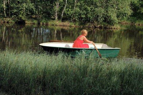 HARDT ARBEID: Kristin Fjellseth måtte blant annet ro, gå i skogen og gå grasiøst opp og ut i båt med gitar  og helst synge samtidig  i forbindelse med filminnspillingen.