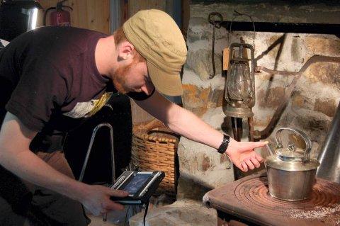 LITE DAMP: Regissør Anders Granlund hadde litt problemer med å få nok damp til at det syntes, ut av kaffekanna.