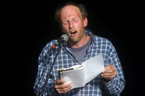 FØRSTEKLASSES: Jørn Berget var blant dem som bød på dikt fra øverste hylle under gårsdagens poesi-slam på Kjernehuset på Gvarv. Det var tydeligvis også publikum enig i.