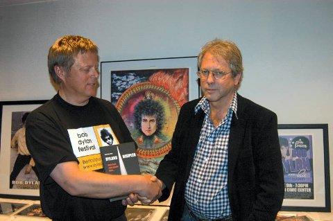 ARRANGØR: Terje Steinsrud får boka Dylans Disipler av forfatteren Carl Johan Berg. Foto: Geir Hovland