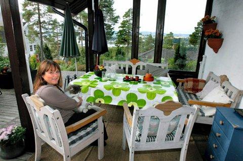 PÅ TOPPEN: Interiørarkitekt Ingunn Brunstad Ekeberg (50) driver til daglig butikken Moment Interiør i Lillestrøm. Kunst- og håndverkskolen førte henne fra Vestlandet til Fetsund, hvor hun selv tegnet drømmehuset sitt i Ekebergåsen.