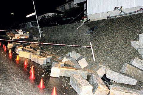 RASTE: En tre meter høy steinmur som veide flere titalls tonn raste på Skedsmokorset. FOTO: TOM GUSTAVSEN