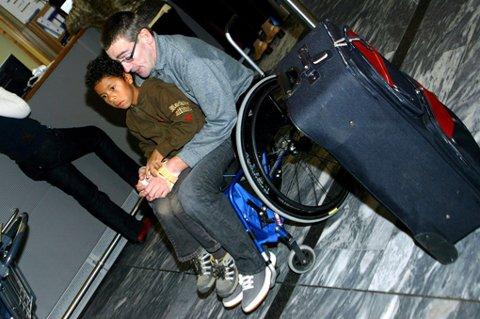 FORTVILET: Det danske flyselskapet Sun-Air nektet å ta Stig Larsen om bord, fordi han sitter i rullestol. Sønnen Osneider var svært skuffet. FOTO: NINA SKYRUD