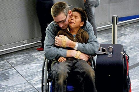TRIST FERIESTART: Sønnen Osneider gråter da han skjønner det ikke blir noen Danmark-tur fredag kveld, fordi pappa Stig Larsen sitter i rullestol. FOTO: NINA SKYRUD