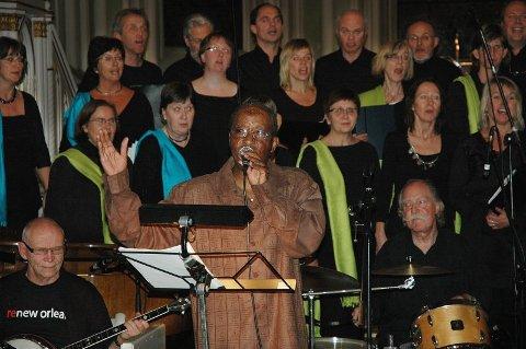 GOSPEL: T.C. Hawkins fra New Orleans skapte skikkelig gospelstemning i Sarpsborg kirke da han lørdag holdt konsert sammen med Ytre Suløen Jazz-ensemble og Østenstad Sangeri. (Foto: Gry Pettersen)