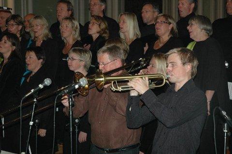 JAZZ: Jan Inge Melsæter (t.v.) og trompetist Kåre Nymark jr. i Ytre Suløen Jazz-ensemble har mange trofaste fans i Sarpsborg. Sammen med Hawkins og Østenstad Sangeri sørget de for ny publikumsrekord for arrangør  Sarpsborg Jazzklubb.