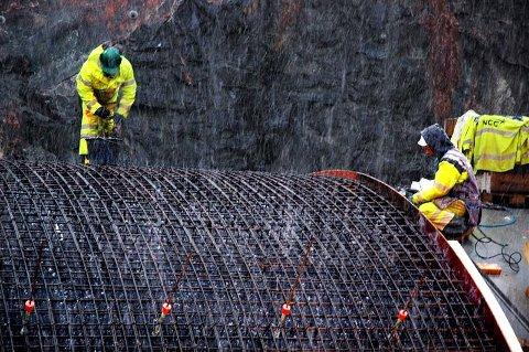 I tett snødrev ble det tirsdag jobbet på spreng for å forberede støping av første lengde med en ny portalkappe på Skrøotunnelen.