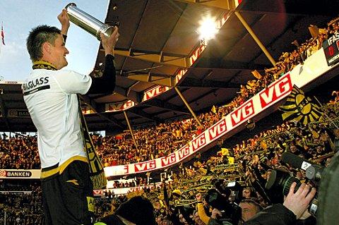 - TIL DERE: Espen Søgård holder opp pokkalen som et tegn på at den er like mye Kanari-Fansen sin, som LSK sin. FOTO: LISBETH ANDRESEN