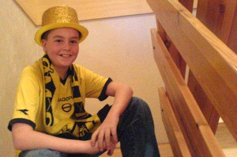 STOLT HATTEBÆRER: Jørgen Fjeldberg (12) bærer Olivier Occeans gullhatt. FOTO: PRIVAT