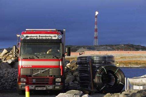 NÆRT MELKØYA: Nordnorsk brønnboring borer til StatoilHydros nye velferdsbygg ved porten til Melkøya.