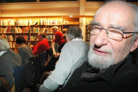GODT FORNØYD: Åge Langeland var en oppmerksom lytter til bokbadet i hovedbiblioteket i går kveld.