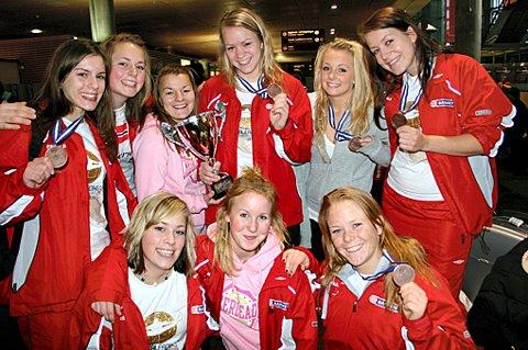 HISTORISKE JENTER: Cheerleadere fra Romerike kom hjem med bronsemedalje i kofferten i går - den første VM-medaljen i Norgeshistorien hittil. FOTO: TRINE M. NÆSS