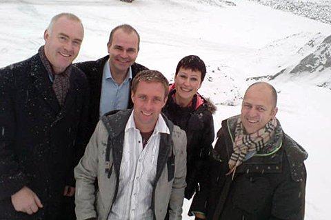 PARTNERNE: Torbjørn T. Moe, Trygve H. Roald, Ronny Stenberg (driftssjef), Elizabeth Nordheggen (Kontoransvarlig) og Peder Nærbø i Bulk Eiendom ved tomta på Berger. FOTO: PRIVAT