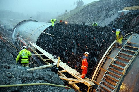 I tett snødrev ble det i begynnelsen av november jobbet på spreng for å forberede støping av første lengde med en ny portalkappe på Skrøotunnelen.