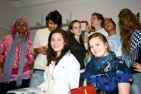 KJEDELIG: Norske ungdommer kjeder seg rett og slett, det kan være grunnen til at de ikke er lykkelige. Bak fra venstre: Huda Musa (20), Lørenskog, Siowan Kordpour (17), Strømmen, Kristine Eng Eriksen (17), Frogner, Are Haugen Einum (16), Lørenskog, Luan Tran (17), Lørenskog, Serveh Kordpour (17), Strømmen. Foran fra venstre: Karianne Leland (18), Lørenskog, Hanna Sønsteby (16), Fetsund.
