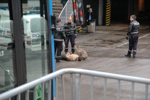I forbindelse med pågripelsen av 26-åringen ved Sarpsborg bussterminal skal han ha kommandert sin egen hund til å bite politibetjenten som skulle pågripe han.