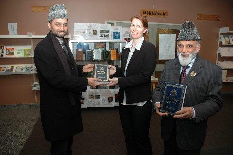 OVERREKKELSEN: Her mottar biblioteksjef Vivi-Ann T. Bjerke koranen på norsk-arabisk av imam og misjonær Ch. Shahid Mahmood Kahloon. Til høyre står utstillingsansvarlig Ch. Maqsood A. Virk.